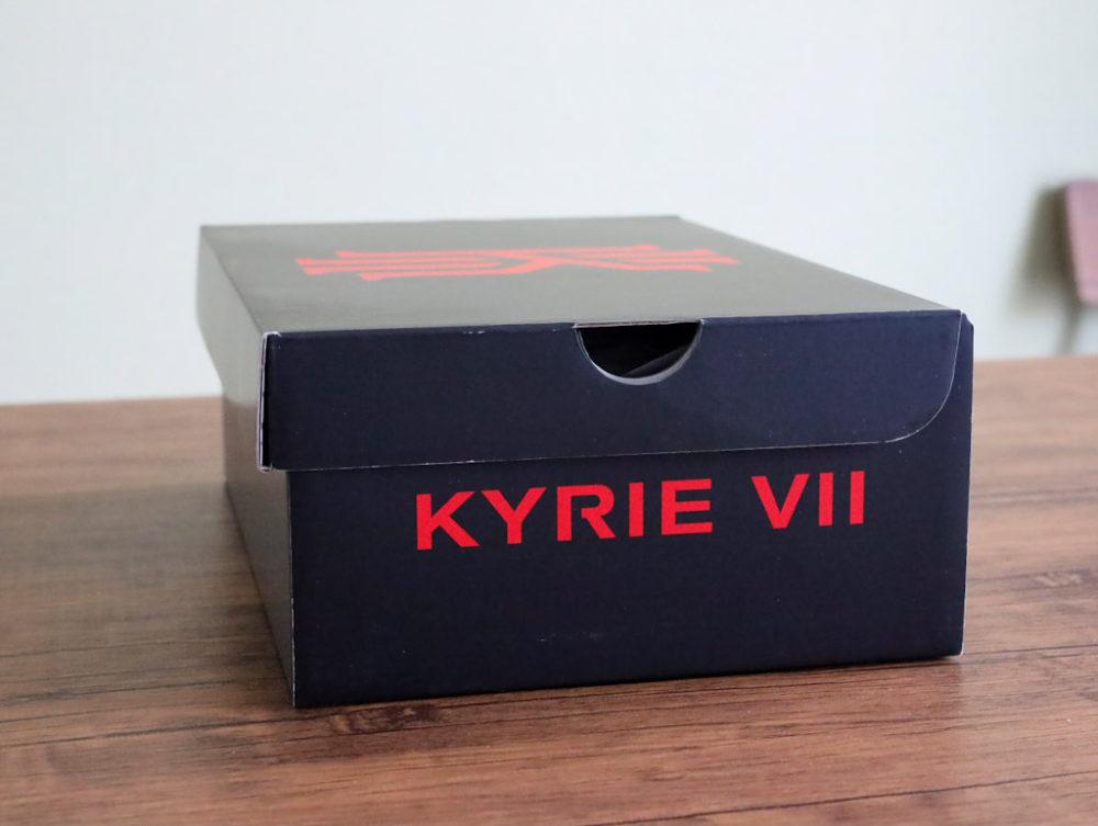 カイリー・アービングのシグネチャーモデルのバスケットボールシューズ「ナイキ カイリー7」のシューズボックス横の画像