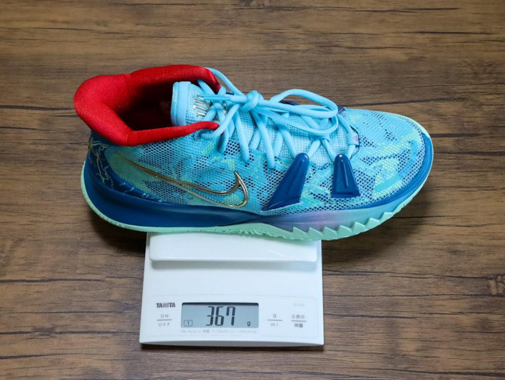 カイリー・アービングのシグネチャーモデルのバスケットボールシューズ「ナイキ カイリー7」の26.5cmの重さ