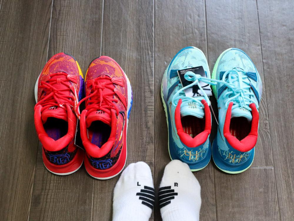 カイリー・アービングのシグネチャーモデルのバスケットボールシューズ「ナイキ カイリー7」の26.5cmと26cmを試着する画像