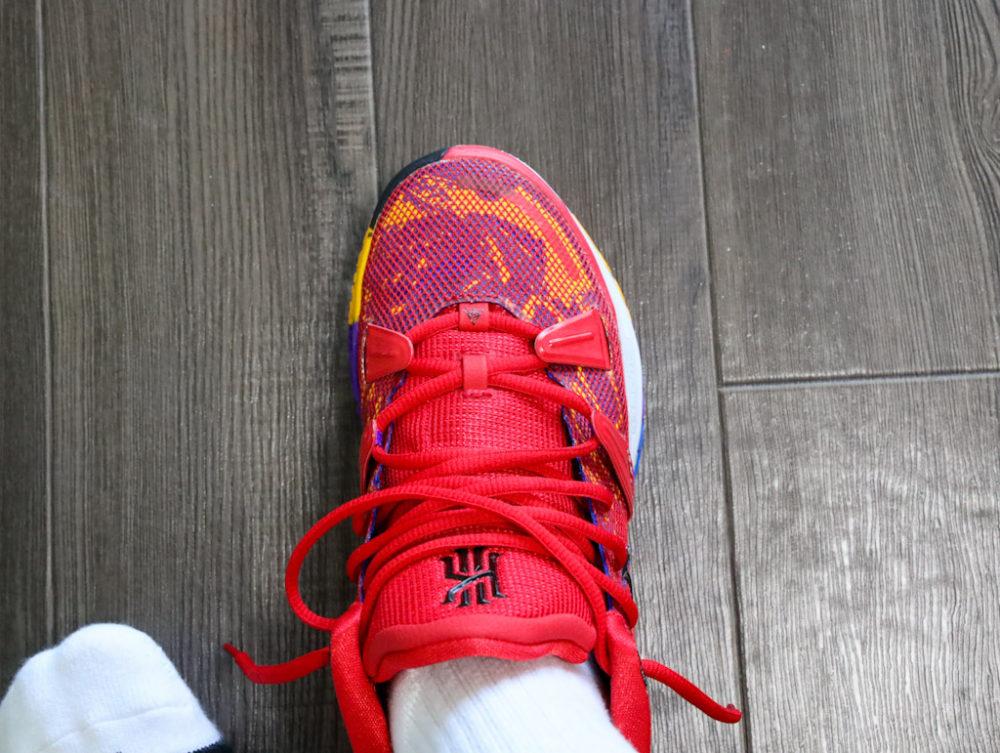 カイリー・アービングのシグネチャーモデルのバスケットボールシューズ「ナイキ カイリー7」の26cmを試着する画像2