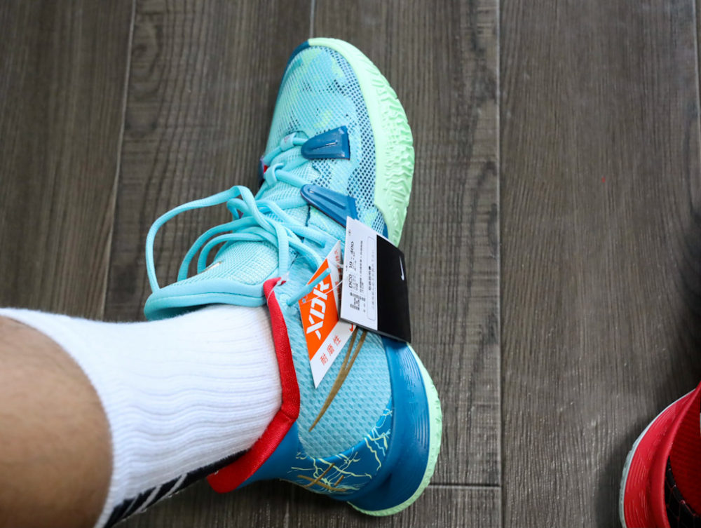 カイリー・アービングのシグネチャーモデルのバスケットボールシューズ「ナイキ カイリー7」の26.5cmを試着する画像1
