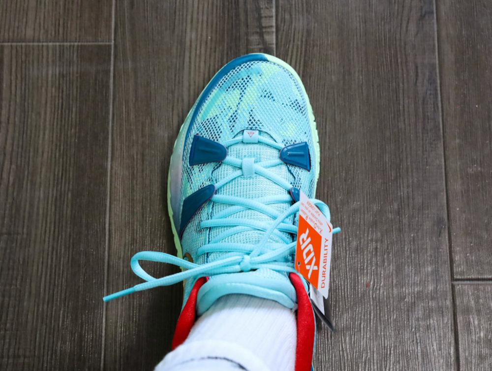 カイリー・アービングのシグネチャーモデルのバスケットボールシューズ「ナイキ カイリー7」の26.5cmを試着する画像2