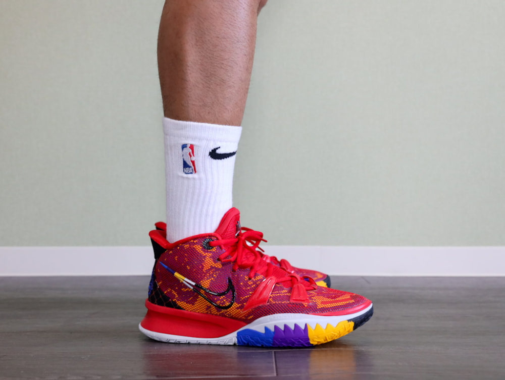 カイリー・アービングのシグネチャーモデルのバスケットボールシューズ「ナイキ カイリー7」アイコンズオブスポーツの着用イメージ1